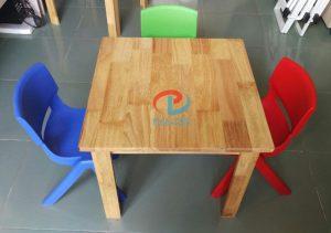 bàn gỗ hình vuông mầm non