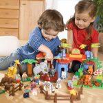 Nên chọn đồ chơi bằng gỗ hay bằng nhựa cho trẻ