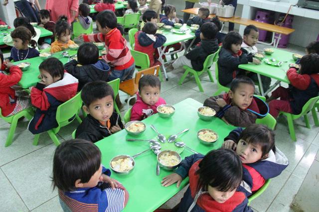 Hỗ trợ ăn trưa cho trẻ mầm non